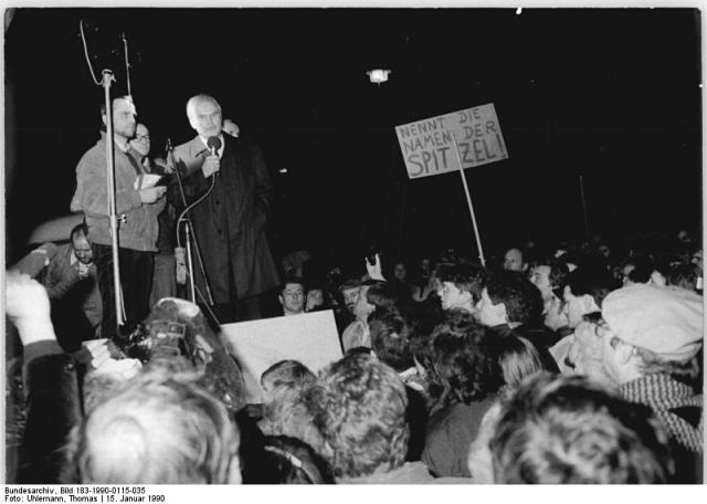 Berlin, Demonstration gegen MfS, Modrow spricht