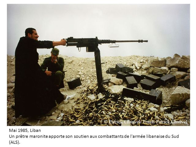 Mai+1985,+Liban+Un+prêtre+maronite+apporte+son+soutien+aux+combattants+de+l+armée+libanaise+du+Sud+(ALS).